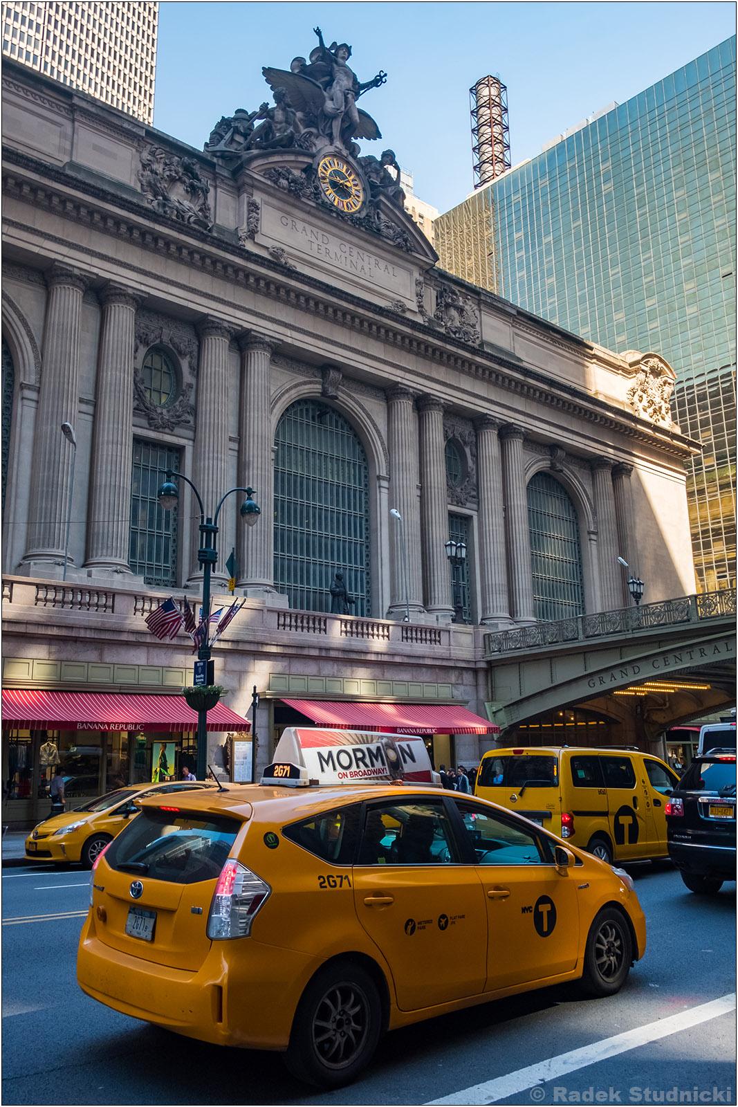 Żółta taksówka przed Grand Central Terminal