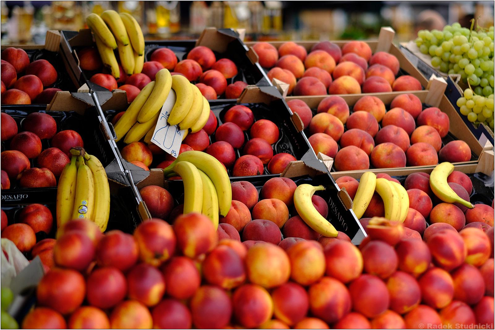 Świeże owoce na targu