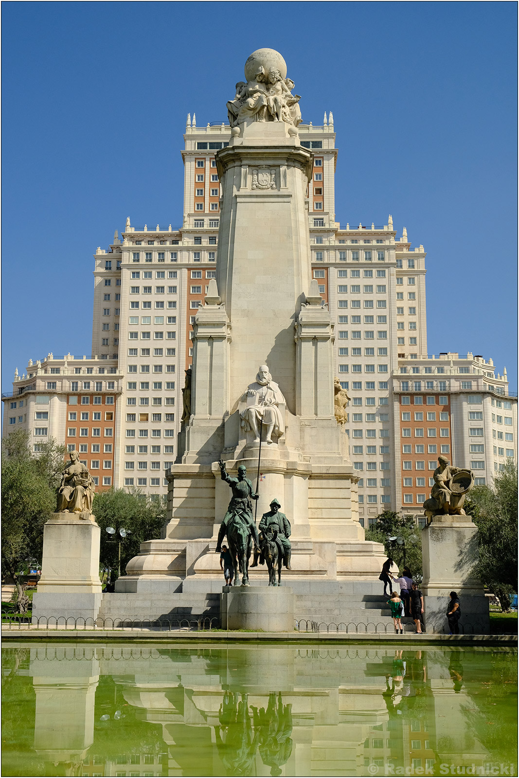 Pomnik Cervantesa na Plaza de Espana