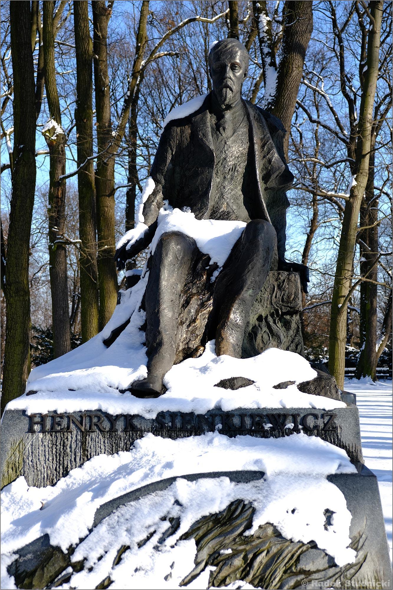Pomnik Henryka Sienkiewicza pod śniegiem